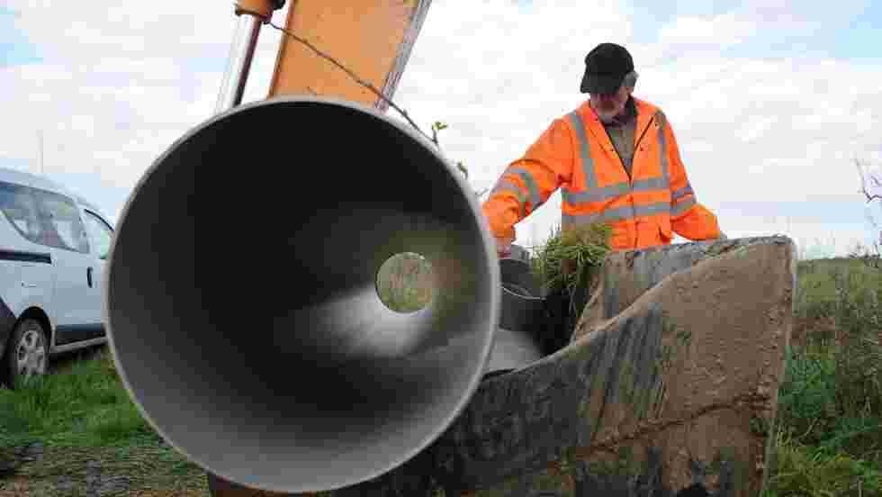 Des écluses et des tuyaux pour sauver les anguilles sur l'île de Ré