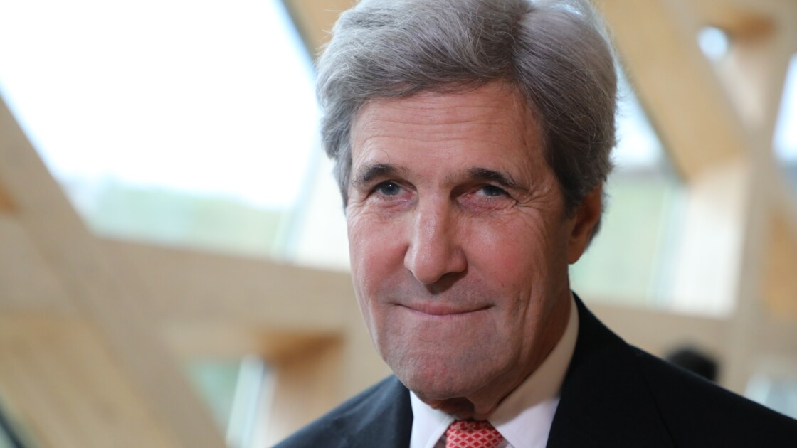 """Climat: à Paris, John Kerry évoque la """"honte"""" du retrait américain"""