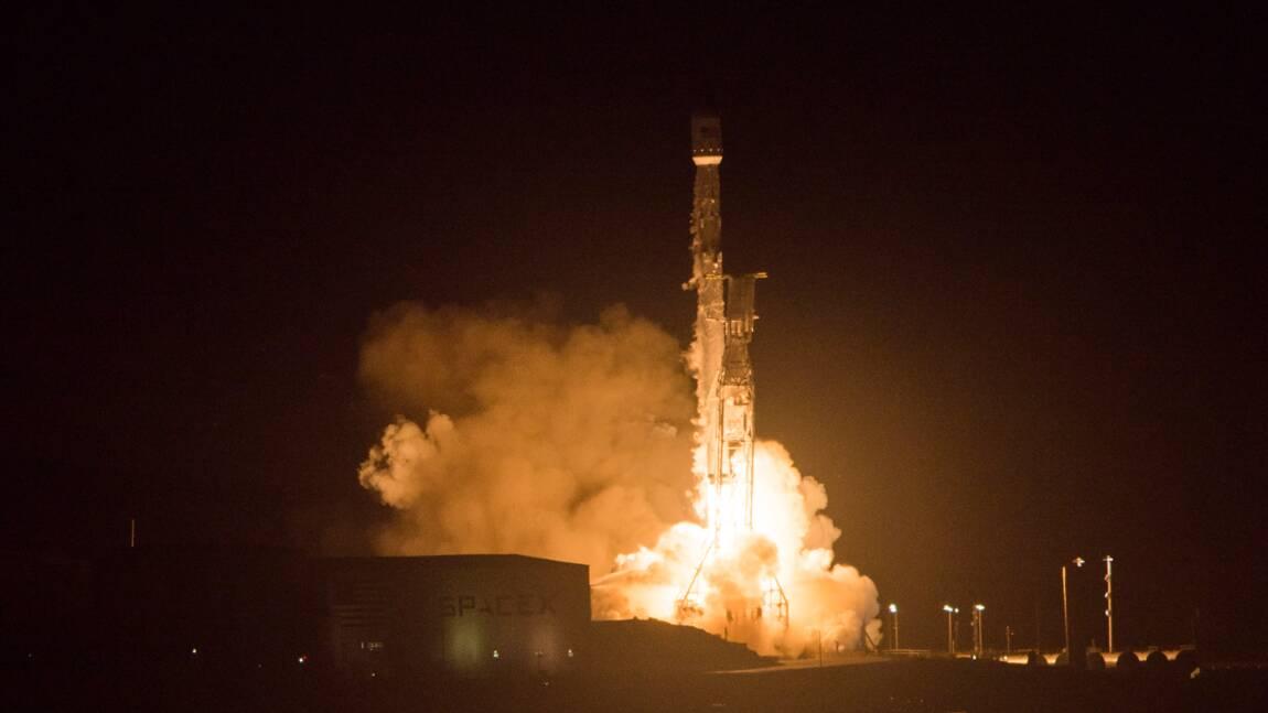 Premier test d'allumage statique des moteurs de la fusée américaine Falcon Heavy