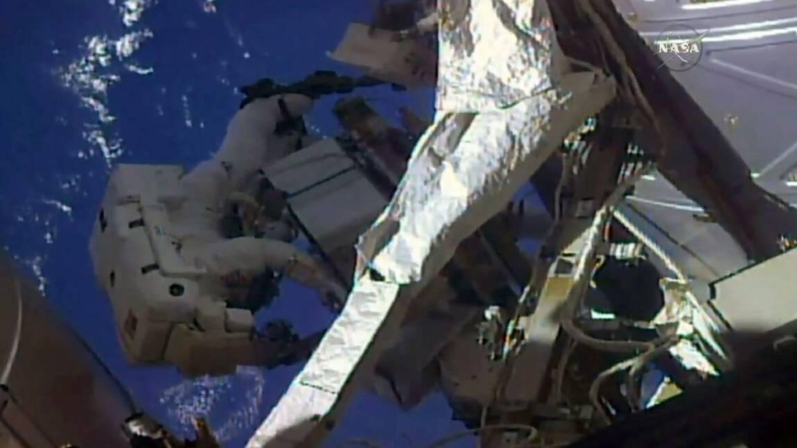 Sortie spatiale de deux astronautes pour une opération de maintenance