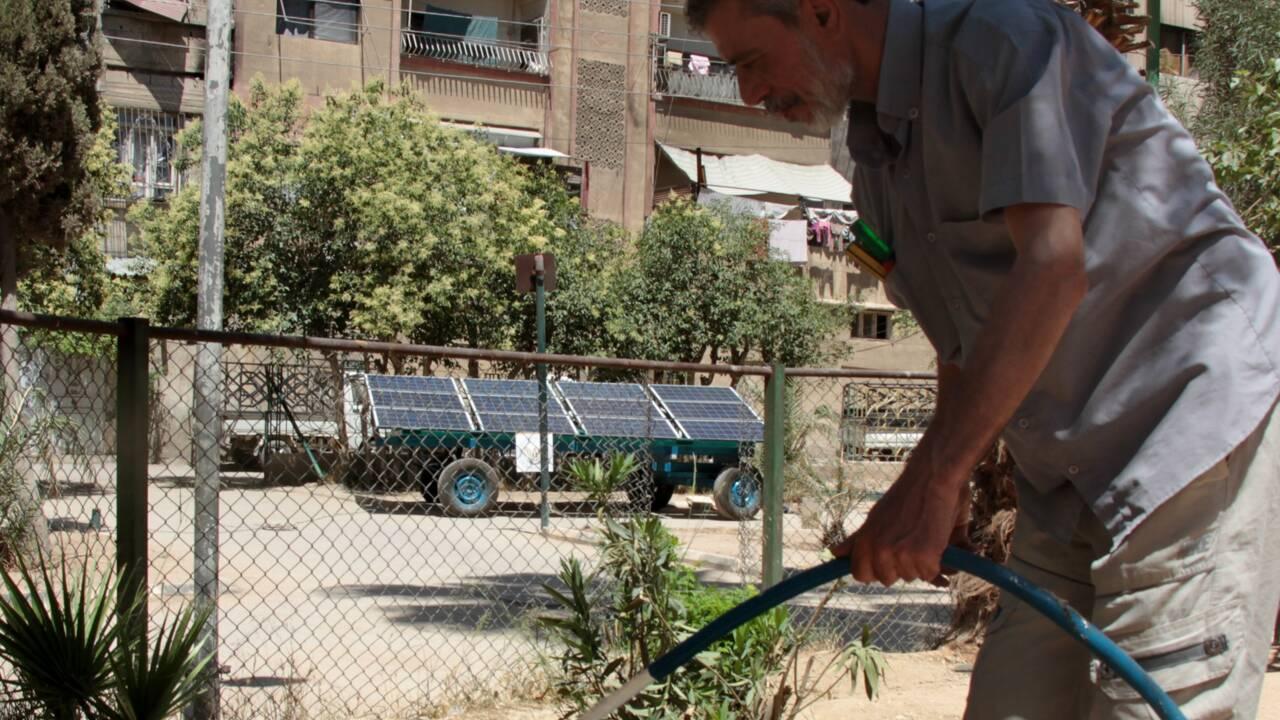 """De l'énergie solaire """"mobile"""" dans une ville assiégée de Syrie"""