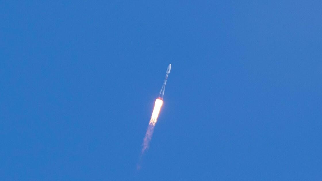 Un lanceur Soyouz décolle de Guyane avec un satellite tout électrique
