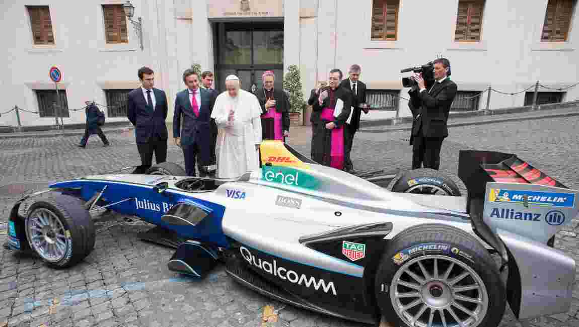 Le pape bénit une voiture électrique Formule E