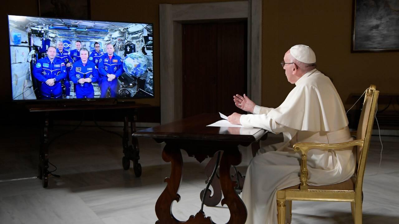 Conversation philosophique sur l'univers entre le pape et l'équipage de l'ISS