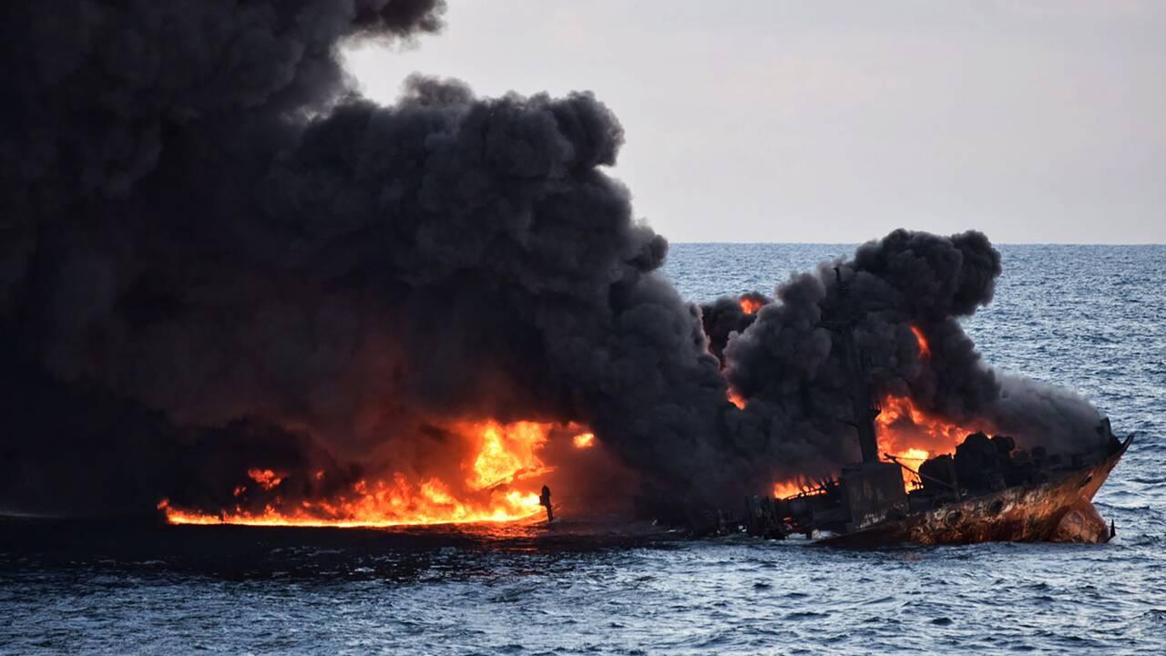 Naufrage du Sanchi: des vases semblables à du pétrole s'échouent au Japon