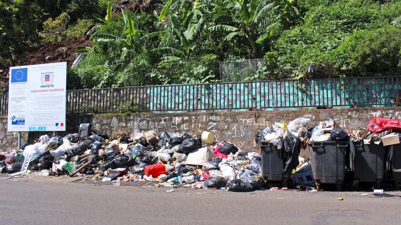 A Mayotte, les camions-bennes ne passent plus, les ordures s'entassent