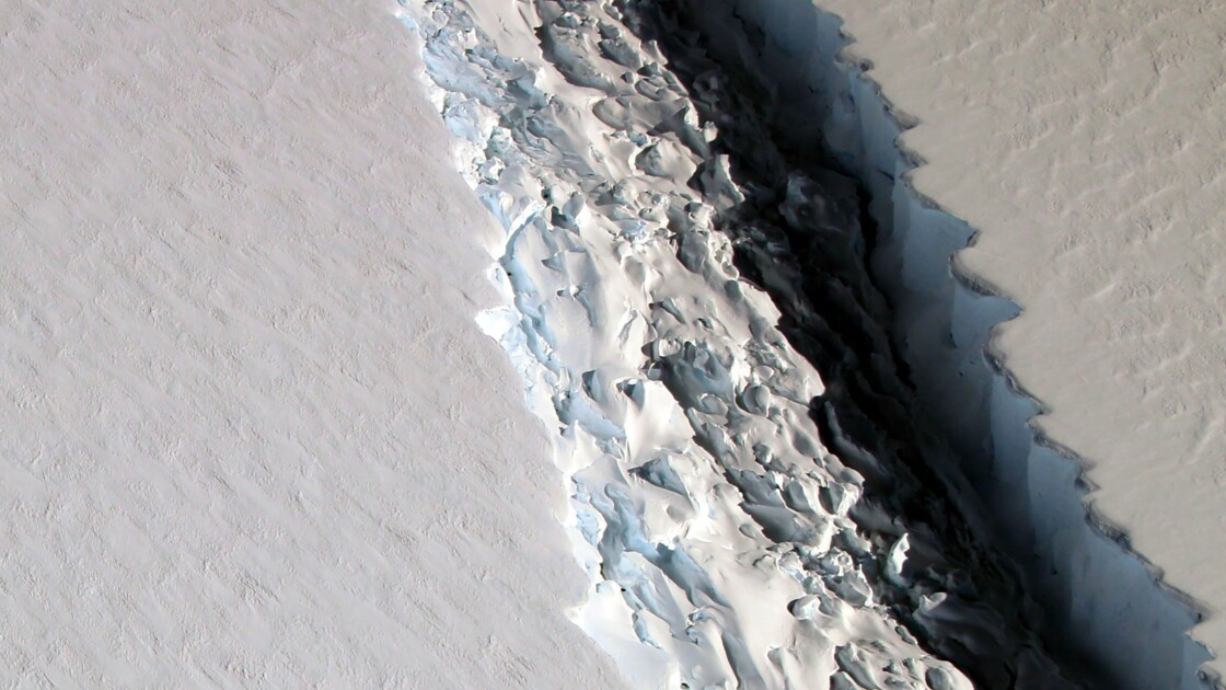Un bloc de glace géant sur le point de se détacher en Antarctique