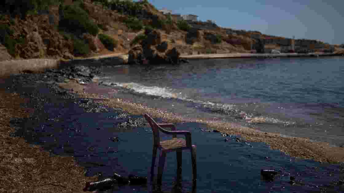 Grèce: la pollution au mazout gagne le Pirée, les autorités critiquées