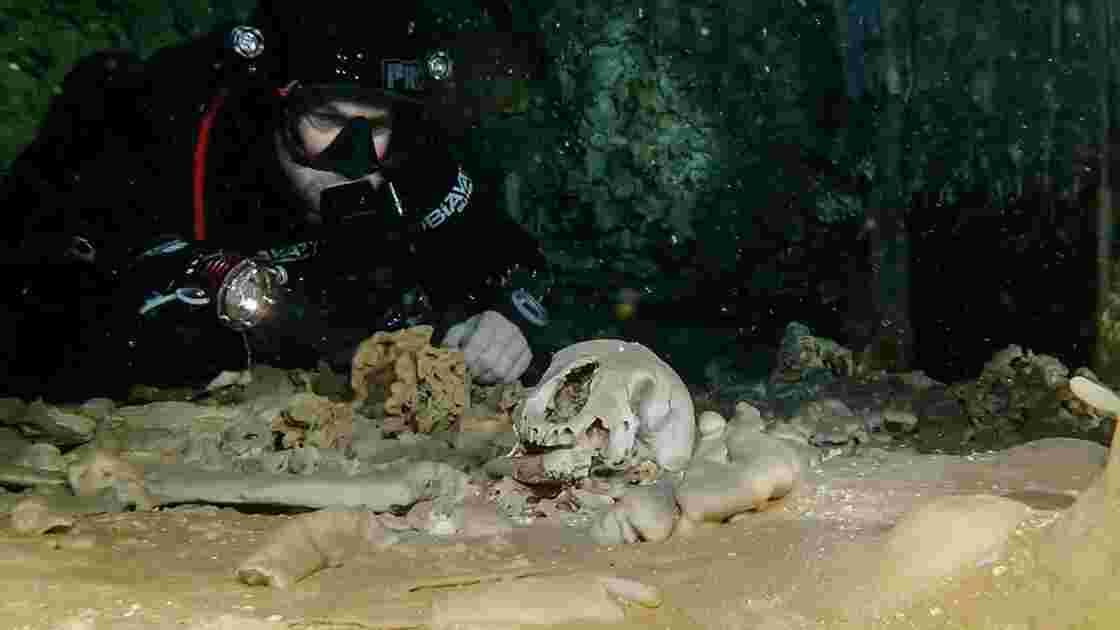 Mexique : des vestiges mayas dans une immense grotte inondée