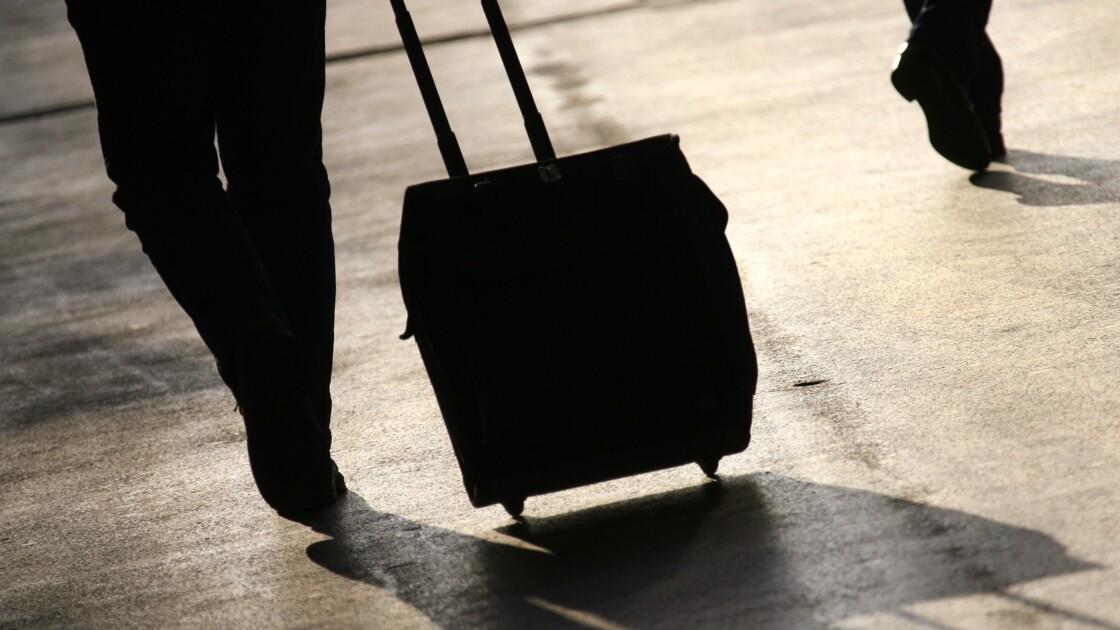 Pourquoi les valises à roulettes bringuebalent ?