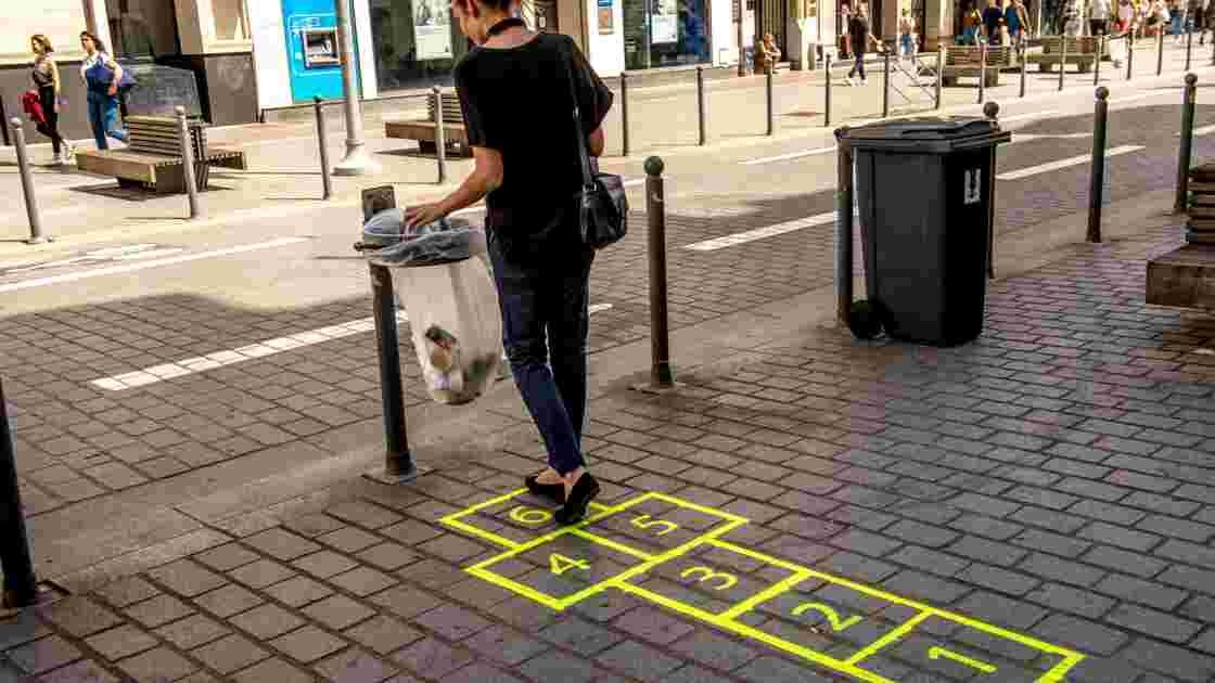 A Lille, des pochoirs au sol pour guider les passants vers les poubelles
