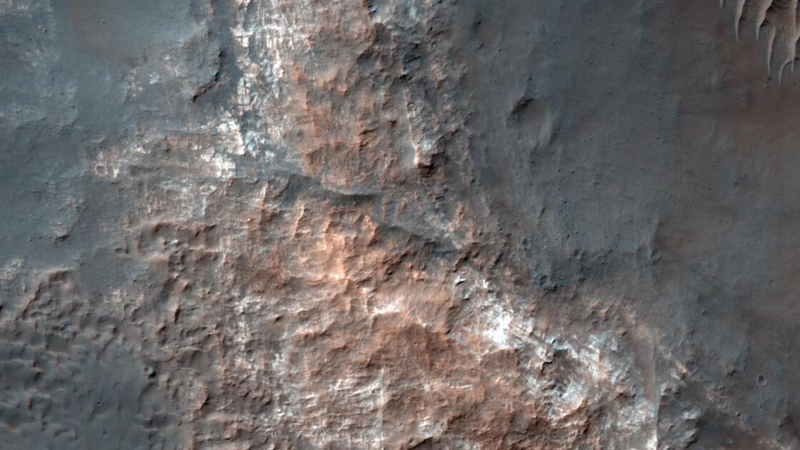 Un vaste lac d'eau liquide découvert sous le pôle sud de Mars