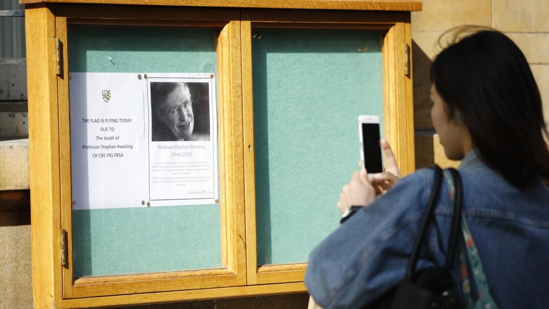 """Cambridge rend hommage à Stephen Hawking, l'un de ses """"grands personnages"""""""