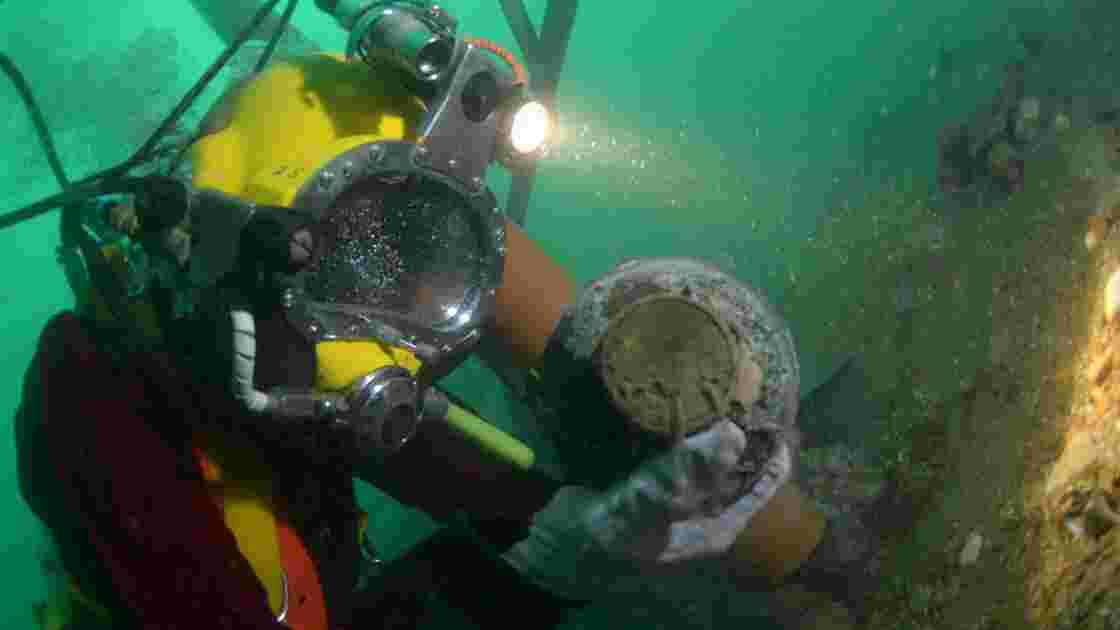 Royaume-Uni: des plongeurs-archéologues explorent une épave du 18e siècle