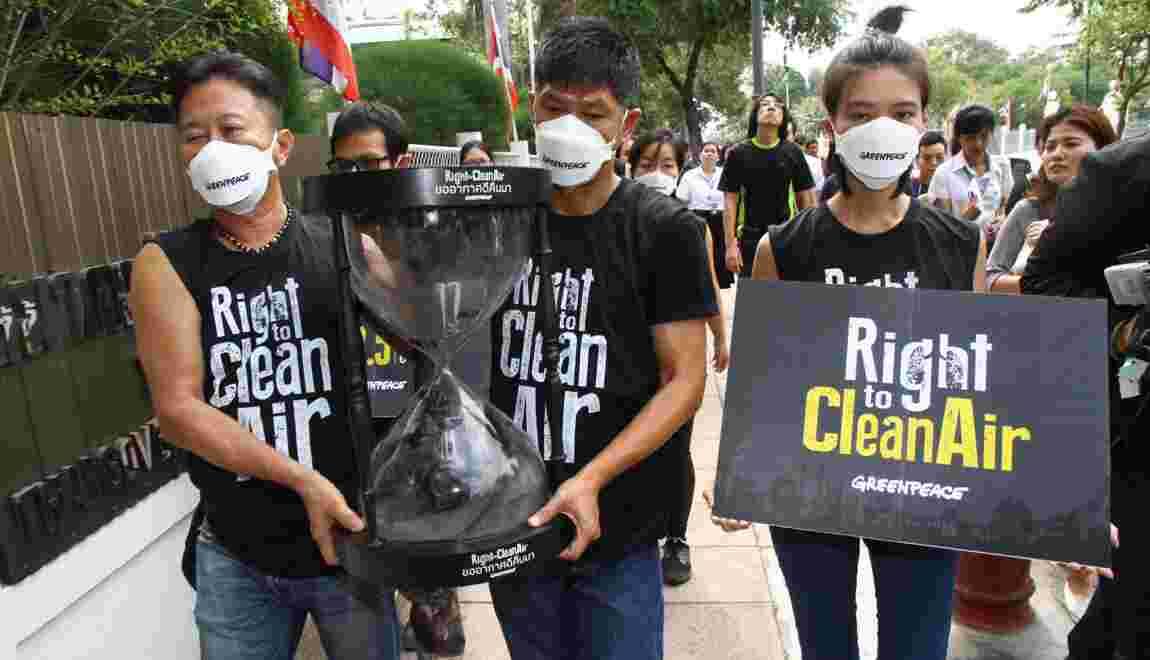 Thaïlande: Greenpeace livre de la pollution en bouteille à la junte