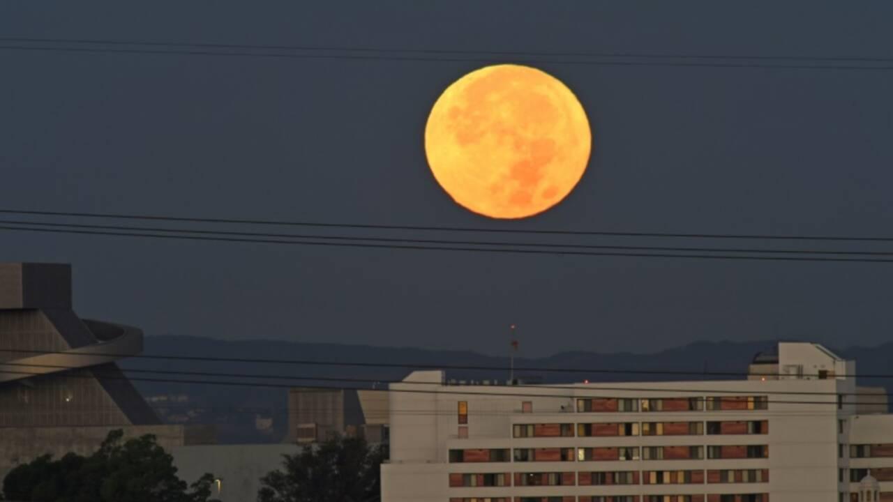 """Tous les regards du monde se tournent vers le ciel pour admirer la """"super Lune"""""""