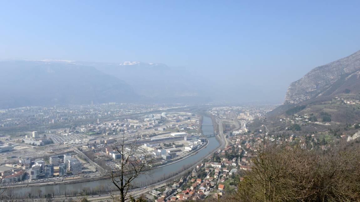 """Pollution: situation """"préoccupante"""" à Grenoble, pas de pic prévu lundi à Paris"""
