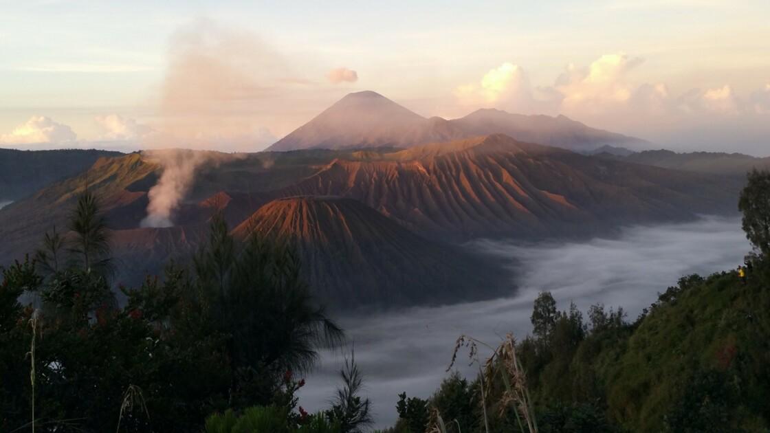 VIDÉO - L'ascension du volcan Bromo en Indonésie