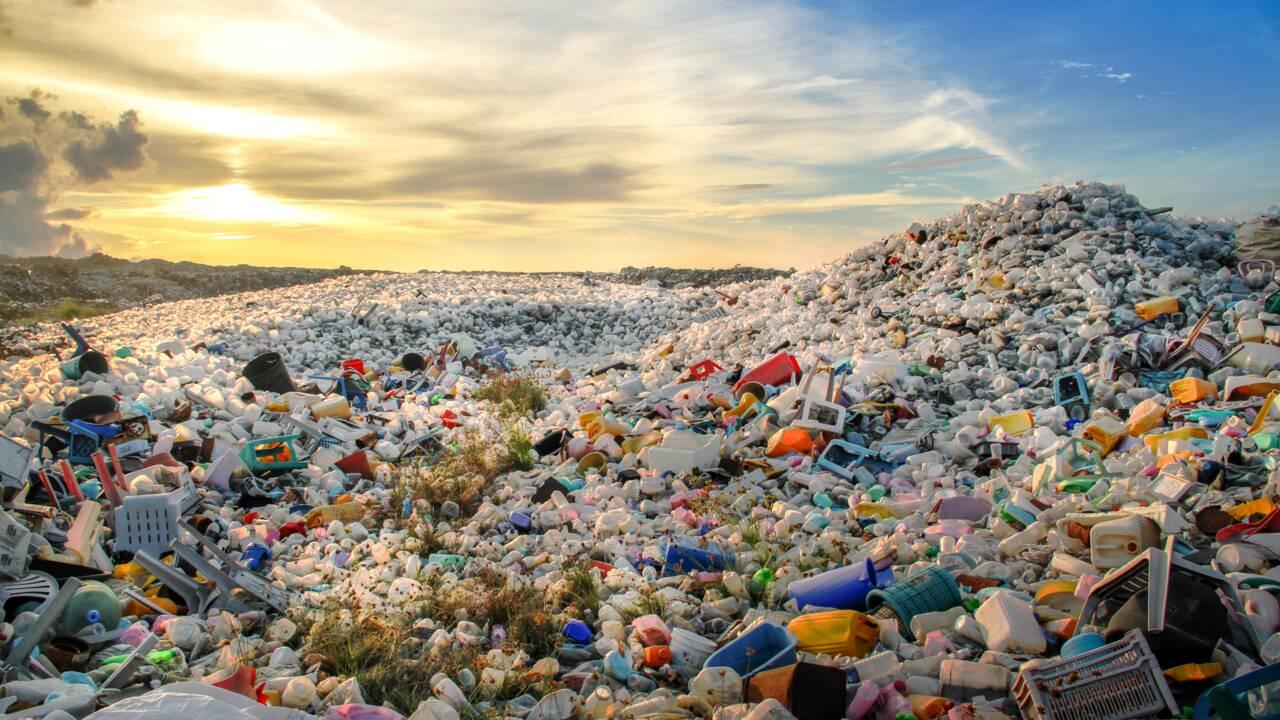Recyclage : une entreprise norvégienne fabrique du pétrole grâce à des déchets plastiques