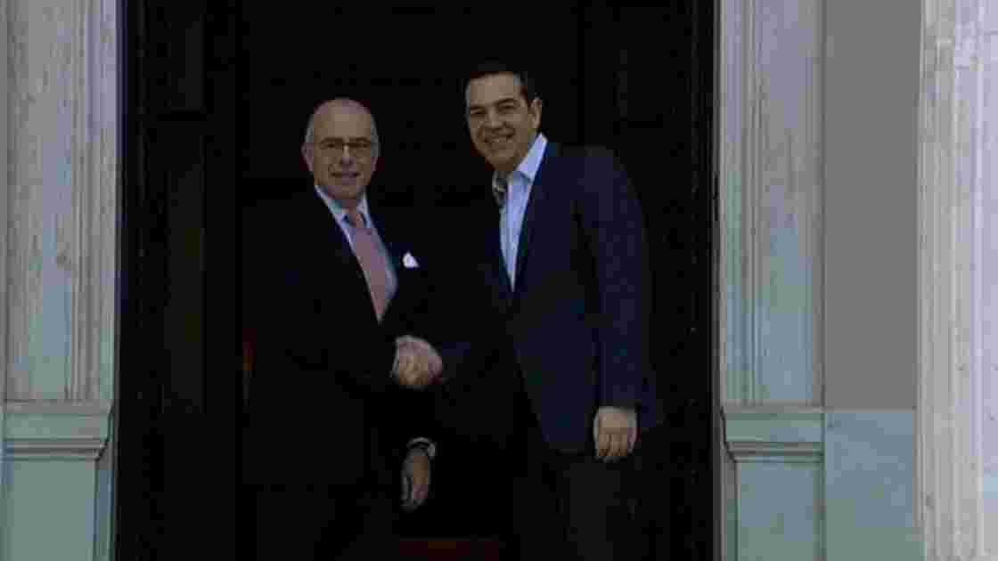 """A Athènes, Cazeneuve exprime sa """"confiance"""" à la Grèce"""