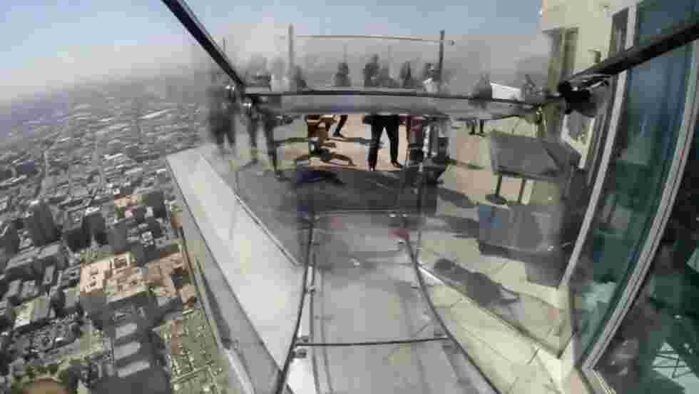 VIDÉO - Glissez sur un toboggan perché à 300 mètres