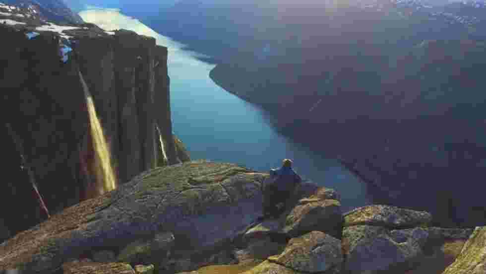 VIDÉO - Grimpez jusqu'au sommet du Kjerag, en Norvège