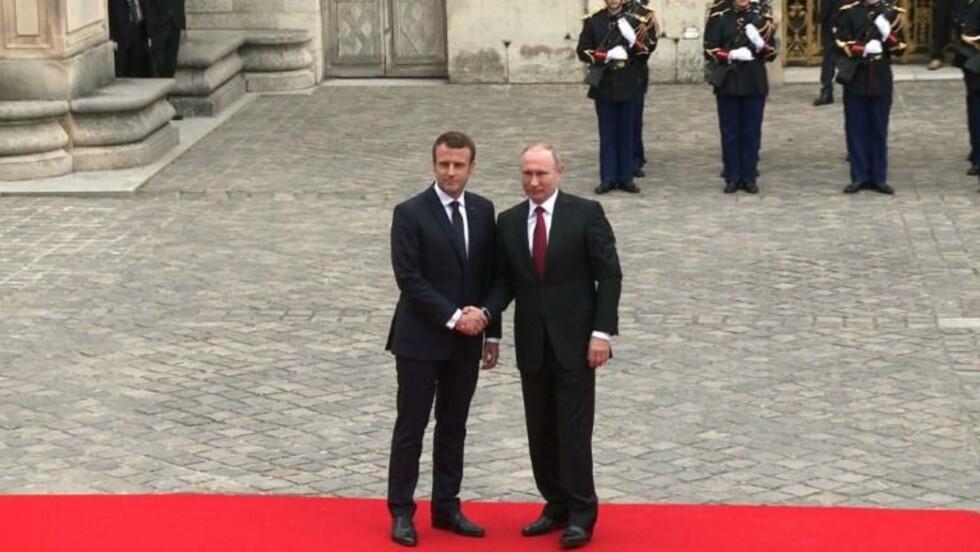 Macron reçoit Poutine en grande pompe au Château de Versailles