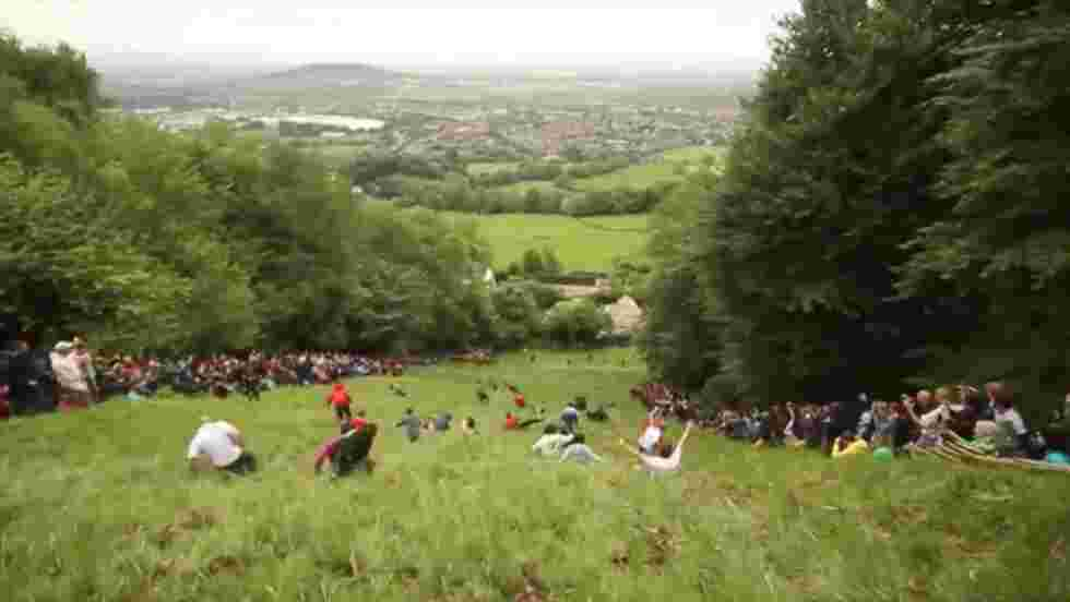 VIDÉO - Participez à la Cooper's Hill Cheese Rolling, la course la plus folle du monde !