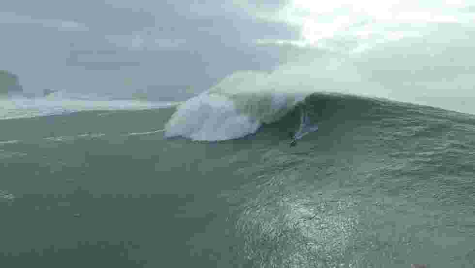 VIDÉO - Portugal : à l'assaut des vagues géantes de Nazaré