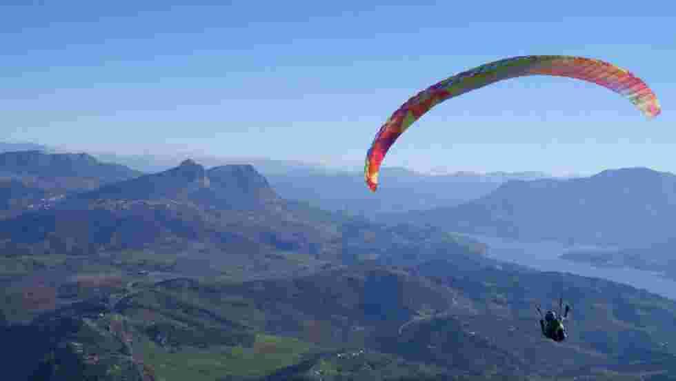 VIDÉO - A la découverte de l'Andalousie en parapente