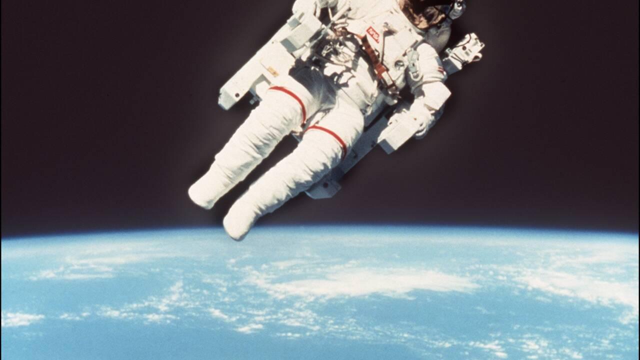 Décès de l'astronaute Bruce McCandless II, qui s'était déplacé librement dans l'espace
