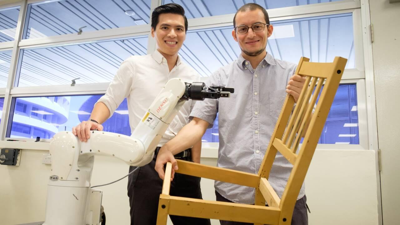 A Singapour, un robot assemble des chaises Ikea