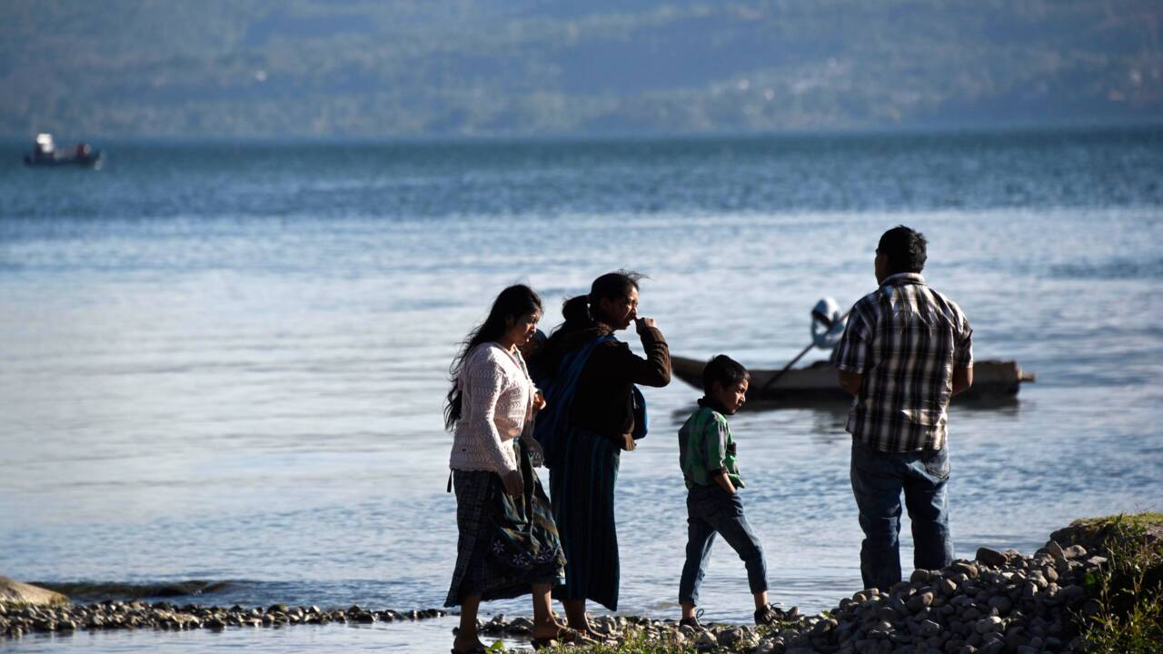 """VIDÉO - Au Guatemala, le lac du """"Petit prince"""" étouffe sous la pollution"""