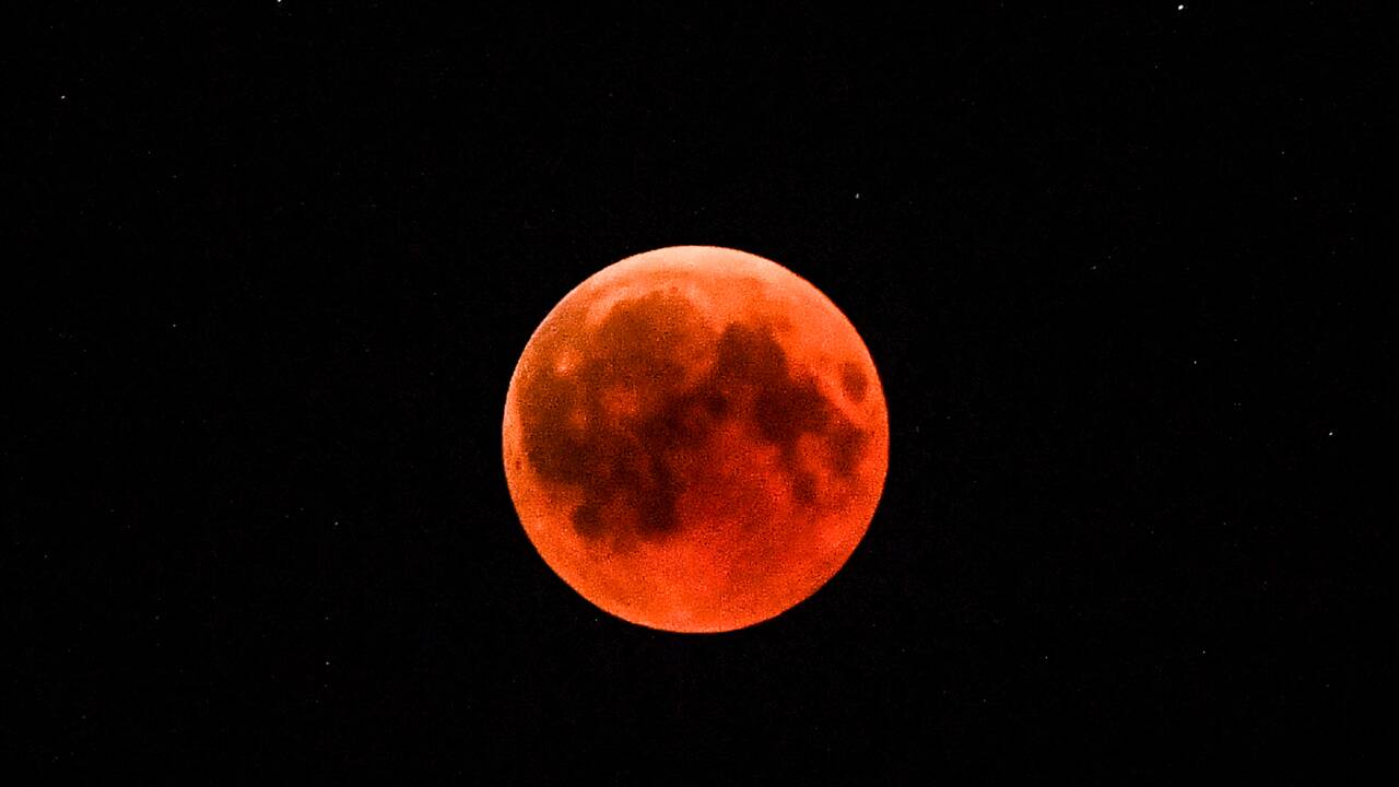 Le monde a observé la plus longue éclipse de Lune du XXIe siècle