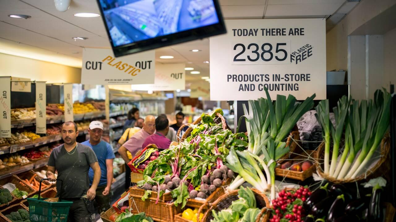 Au Royaume-Uni, des supermarchés poussés à réduire l'emballage plastique