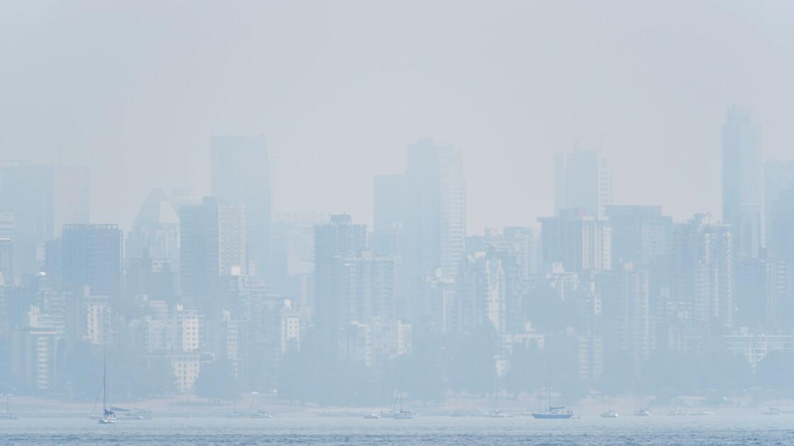 Des pompiers canadiens aux prises avec une rare tornade de feu