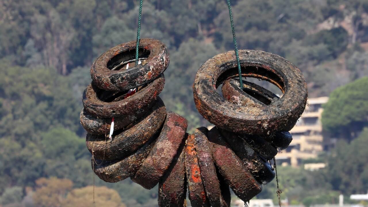 Au large de Vallauris, un mois pour remonter des milliers de pneus immergés