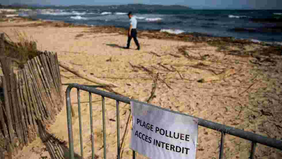 """Le nettoyage complet des plages polluées du Var prendra """"des mois"""" selon la préfecture"""
