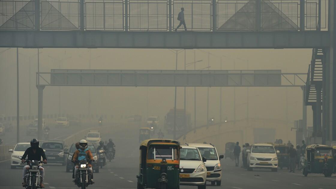 Inde: des masques antipollution rudimentaires pour les démunis de Delhi
