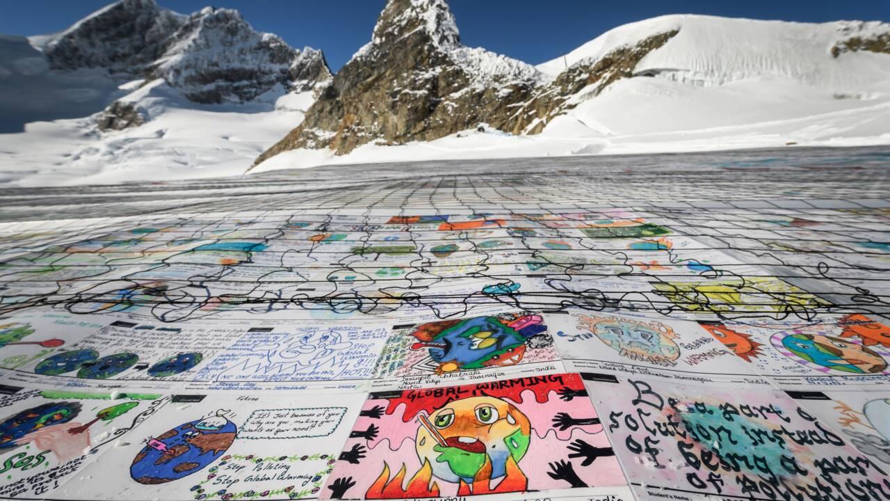 Record Guinness de la plus grande carte postale sur un glacier suisse