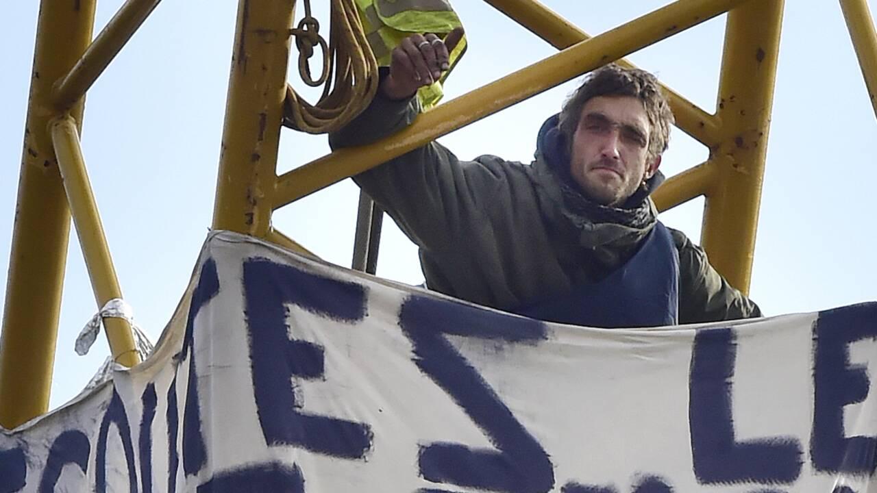 Périgord: le militant perché sur la grue de Beynac interpellé