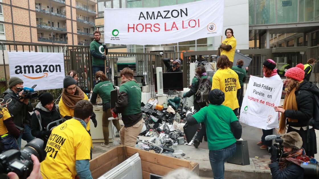 Black Friday: action des Amis de la Terre devant le siège d'Amazon France