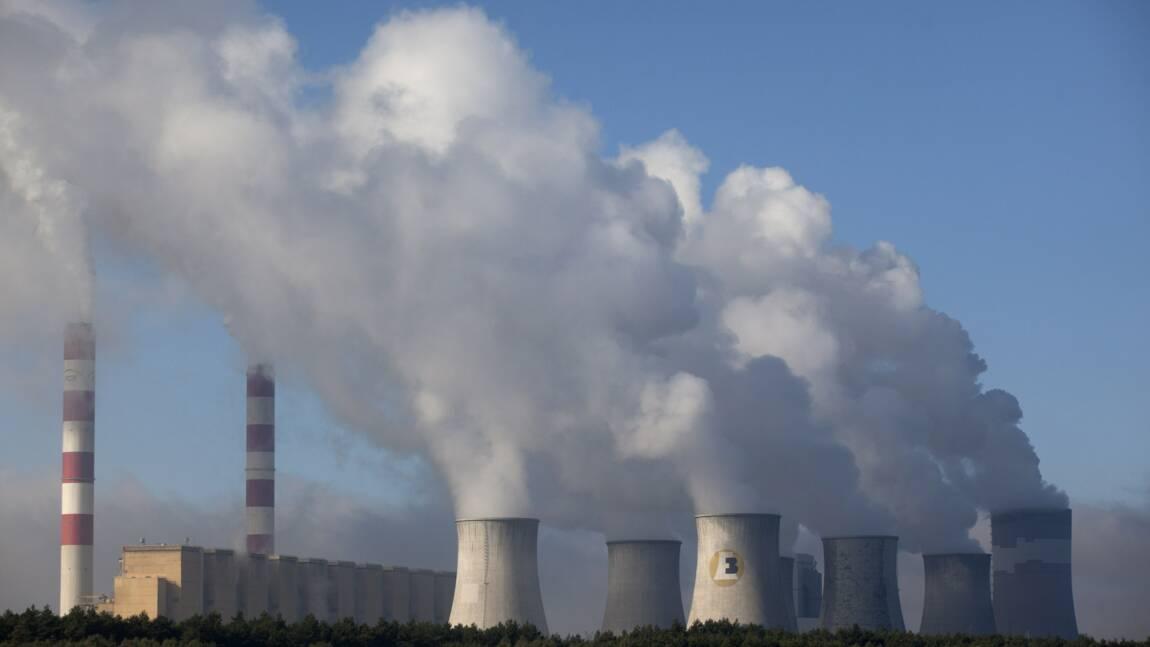 Des militants de Greenpeace escaladent la cheminée de la plus grande centrale à charbon de l'UE