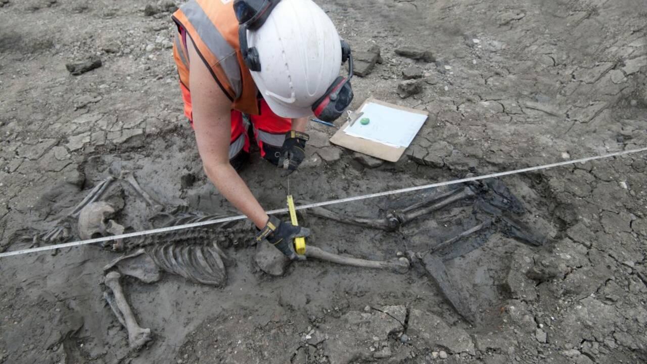A Londres, un squelette vieux de 500 ans découvert avec ses bottes en cuir près de la Tamise