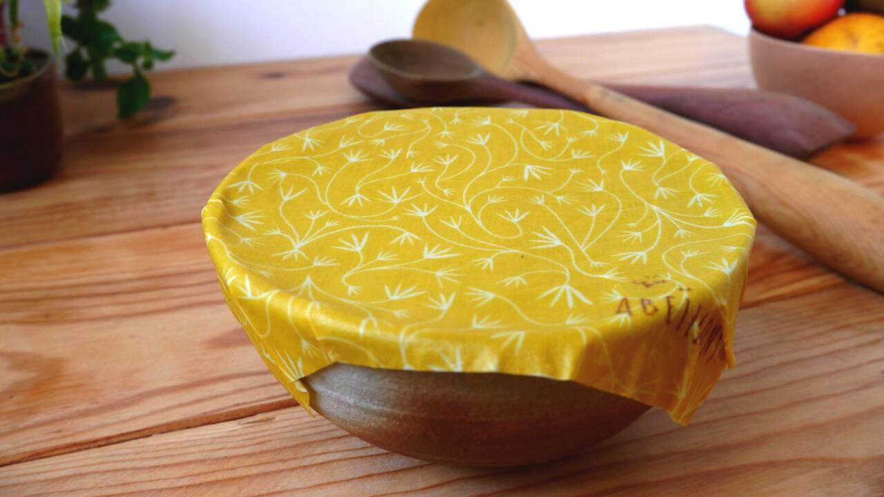 Contre la pollution plastique, un tissu à base de cire d'abeille pour remplacer le film alimentaire