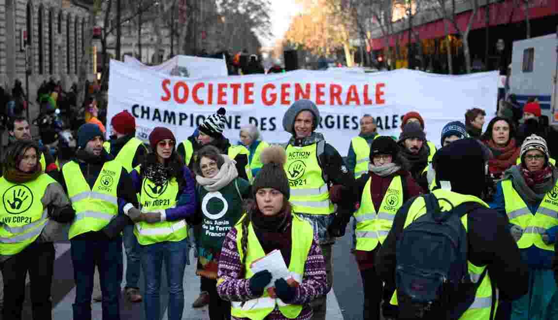 """Climat: des ONG """"nettoient"""" la Société Générale pour dénoncer ses investissements"""