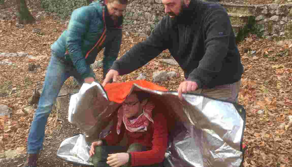 Survivre dans la nature : comment faire un abri pour un blessé