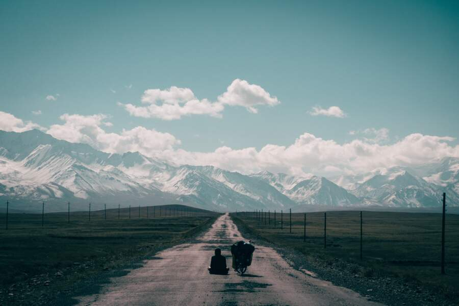 Méditation face aux montagnes
