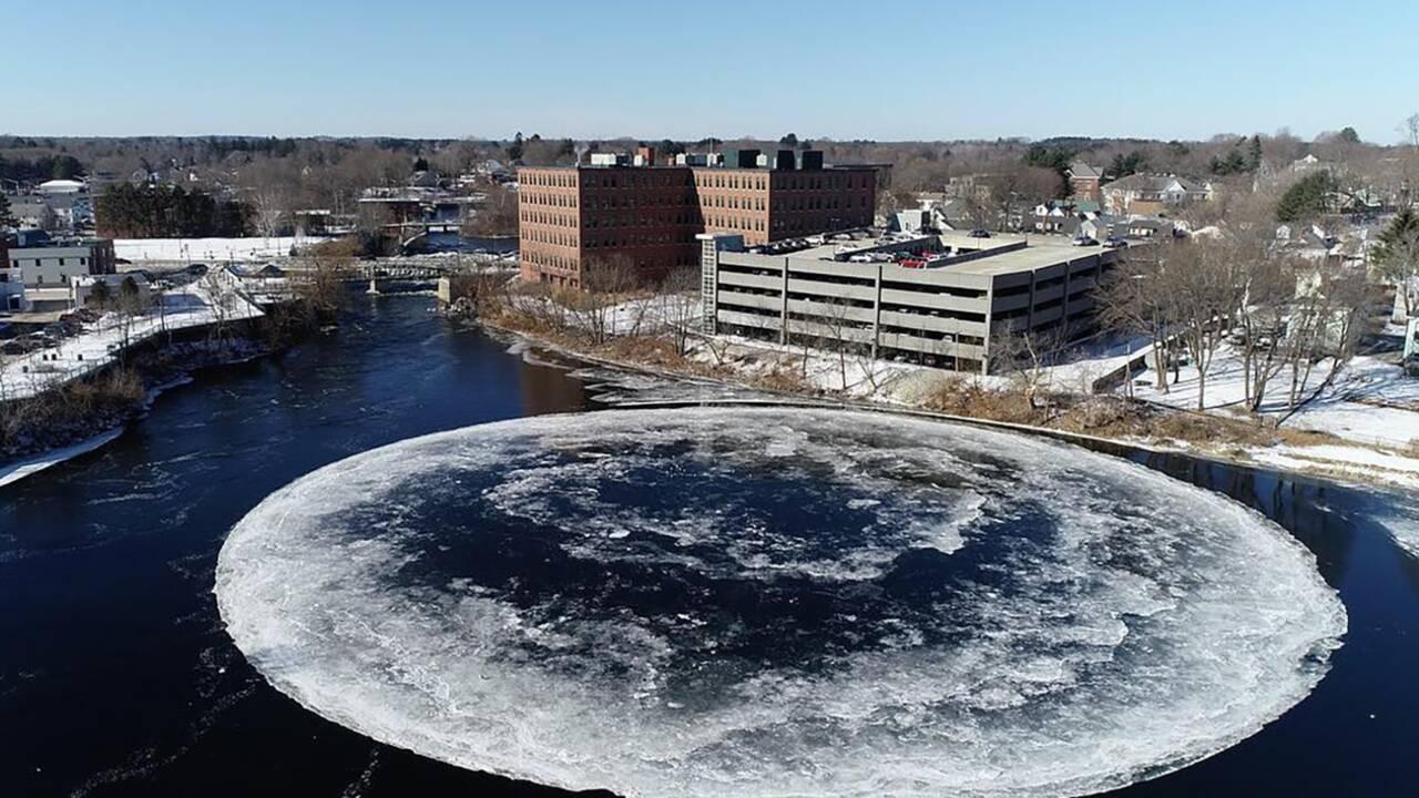 Quand un immense disque de glace se forme dans une rivière aux Etats-Unis