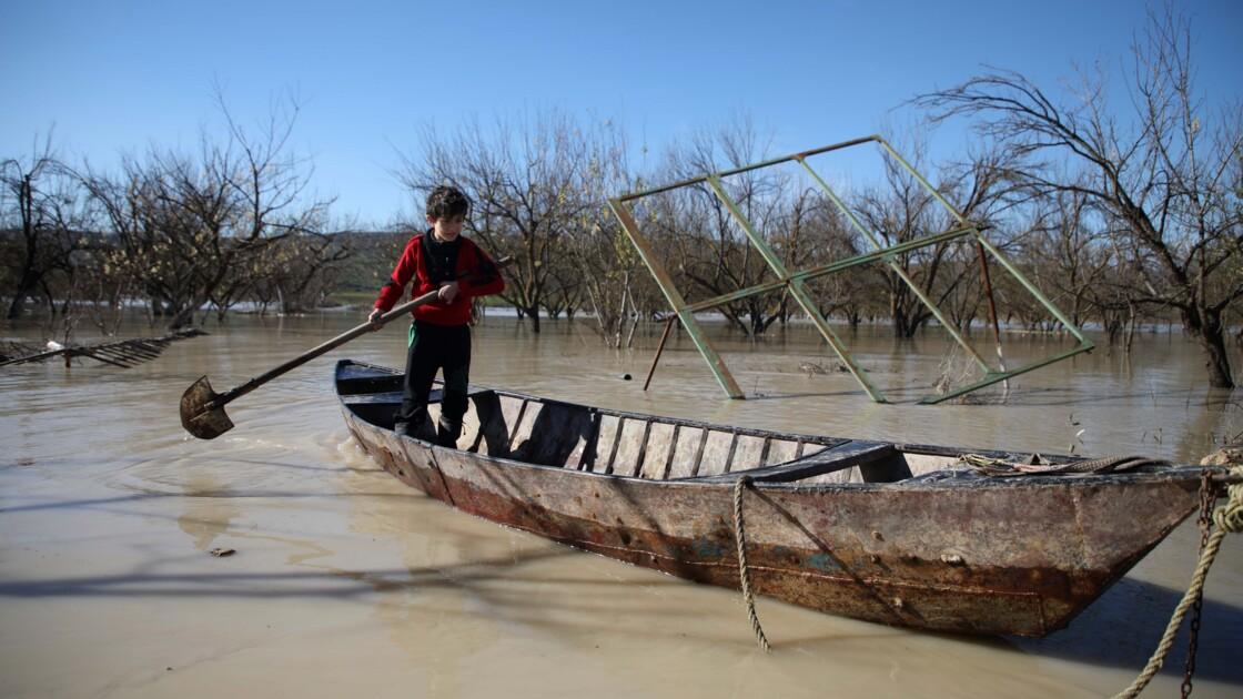 Avec les pluies en Syrie, un agriculteur-gondolier navigue dans les rues inondées